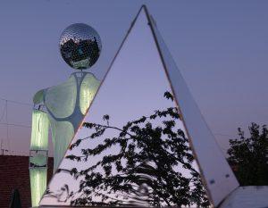 piramide di specchi con burattino gigante con testa di mirror ball